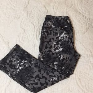 Black and White patterned Reebok Cropped Leggings